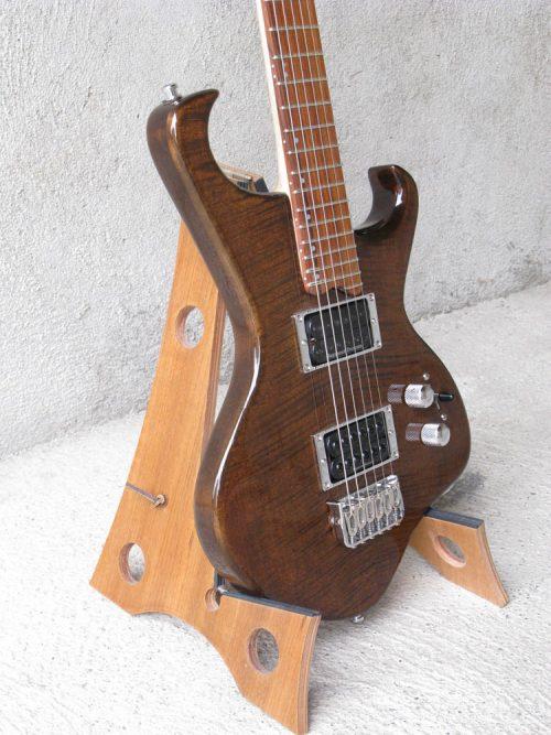 legno-e-corde-liuteria-como-chitarra-elettrica-artigianale-hawk