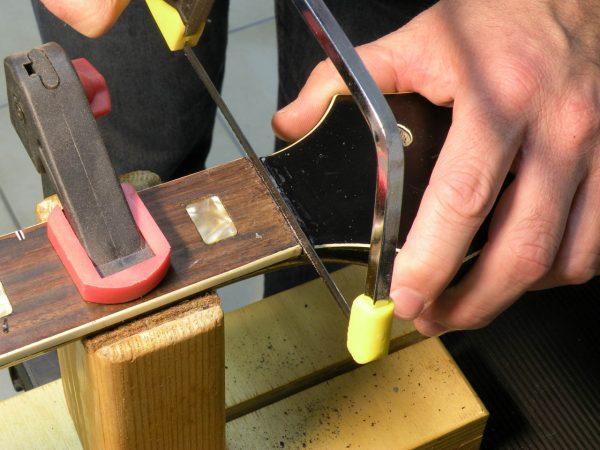 basso-elettrico-artigianale-fretless-legno-e-corde-liuteria-a-como-1